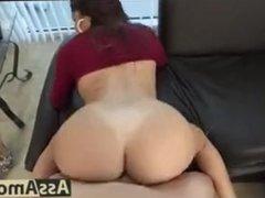 Jeune brunette défonçée par un blanc à une grosse bite