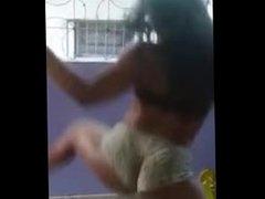 Preta rabuda dançando de shortinho