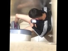 Homens gozando no banheiro publico