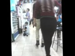 hidden! Sexy MILF walking in tight leggings exposes her big cellulite ass !