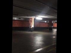 Me pongo muy guarra y me desnudo y me masturbo en un sucio parking público