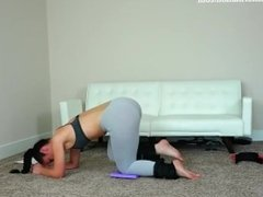 Hot & sexy brunette MILF workout big ass in tight see-throug leggings !