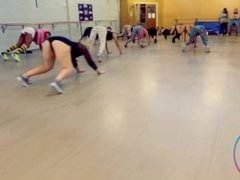 Sexy twerk teacher gives lessons to sexy girls moving their big juicy ass !