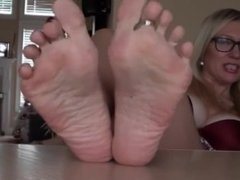 Perfect blonde MILF with nice boobs exposes her feet and sexy toes