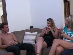Loiras fazendo uma putaria com dois amigos em casa