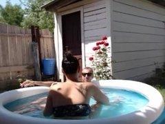 Aprovecha para masturbarse en la piscina mientras su marido se va de casa