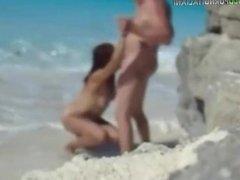 Bocchino in spiaggia coppia esibizionista