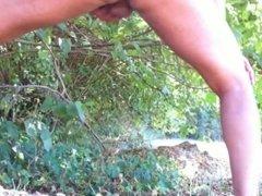 Branle et éjac à poil en pleine nature