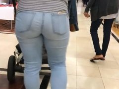 Candid Voyeur milf in the store with a big ass in jeans