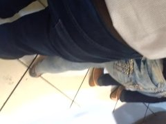 Gostosa de jeans na fila