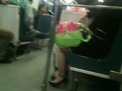 piernas ricas en el metro y follables tacones