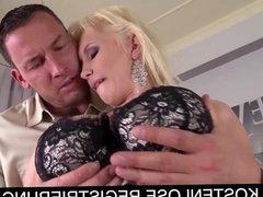 Blondine wird von Ihrem Mann heftigst durchgefickt