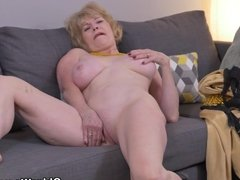 American gilf Sindee Cox strips off and rubs one out