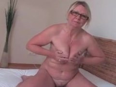Mature plays on her bed.mp4