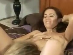 My stepmother want sexe with me on the bed