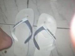 Gozei nas Havaianas do meu vizinho e depois coloquei nos pés