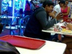 Chica flakita y pernudita comiendo centro comercial
