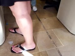 mature feets sexy pink toes in sandals