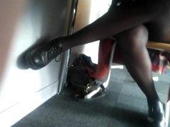 Capture d'une salope en collants sous la table