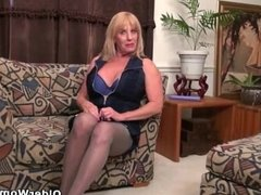 American gilf Phoenix Skye fucks herself with a dildo