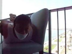 hogtied en el balcon de un hotel