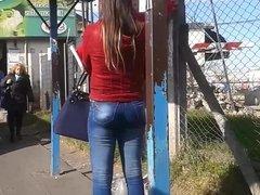 Hermoso culito en jeans de mami en la parada - Ass street