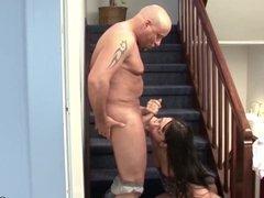 Stief Vater fickt seine geile kleine Tochter im Hausflur