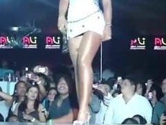Une fille sublime en mini robe moulante upskirt