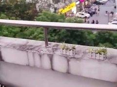 en su terraza