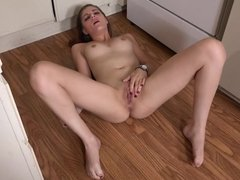 naked hottie fingers her wet pussy to a toe-curling orgasm
