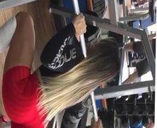 Gostosona gym malhando short socado