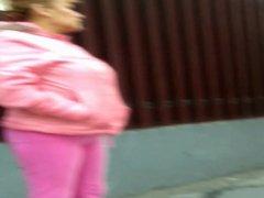 Madura con ricos jeans marcando su culito y panochita