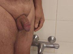 Petite douche avec petit filet de pisse