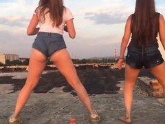 TEENS TWERKING ON THE PUBLIC (hot ass, young girls, twerk)