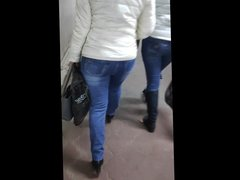 Big ass shaking milfs in tight jeans
