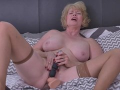 Granny Sindee Dix with big saggy tits and wet holes