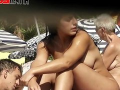 Naked babe shows her pussy in beach spy voyeur video
