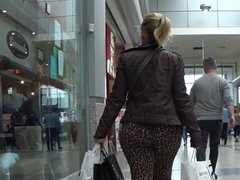 Candid big jiggly ass in leopard skin pants (Pawg)