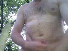 Nackt im Wald an der Autobahn gewichst und abgespritzt
